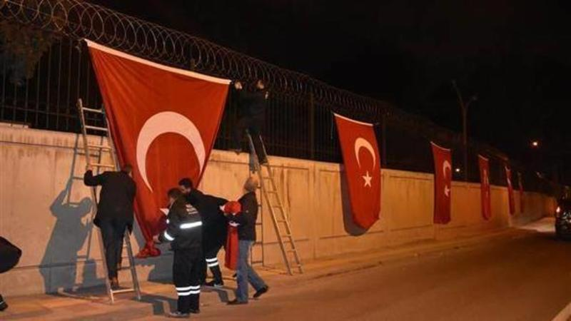 NATO komandanı türk bayrağını endirmək istədi