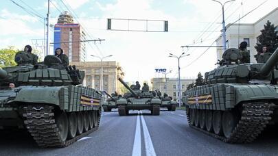 Gərginlik artır: Rusiya 480 tank və 900-dən çox zirehli maşın göndərdi - FOTO