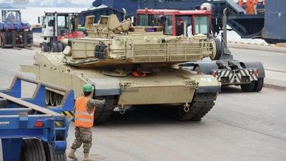 Deputatlar tankların qarşısında canlı sipər qurdu